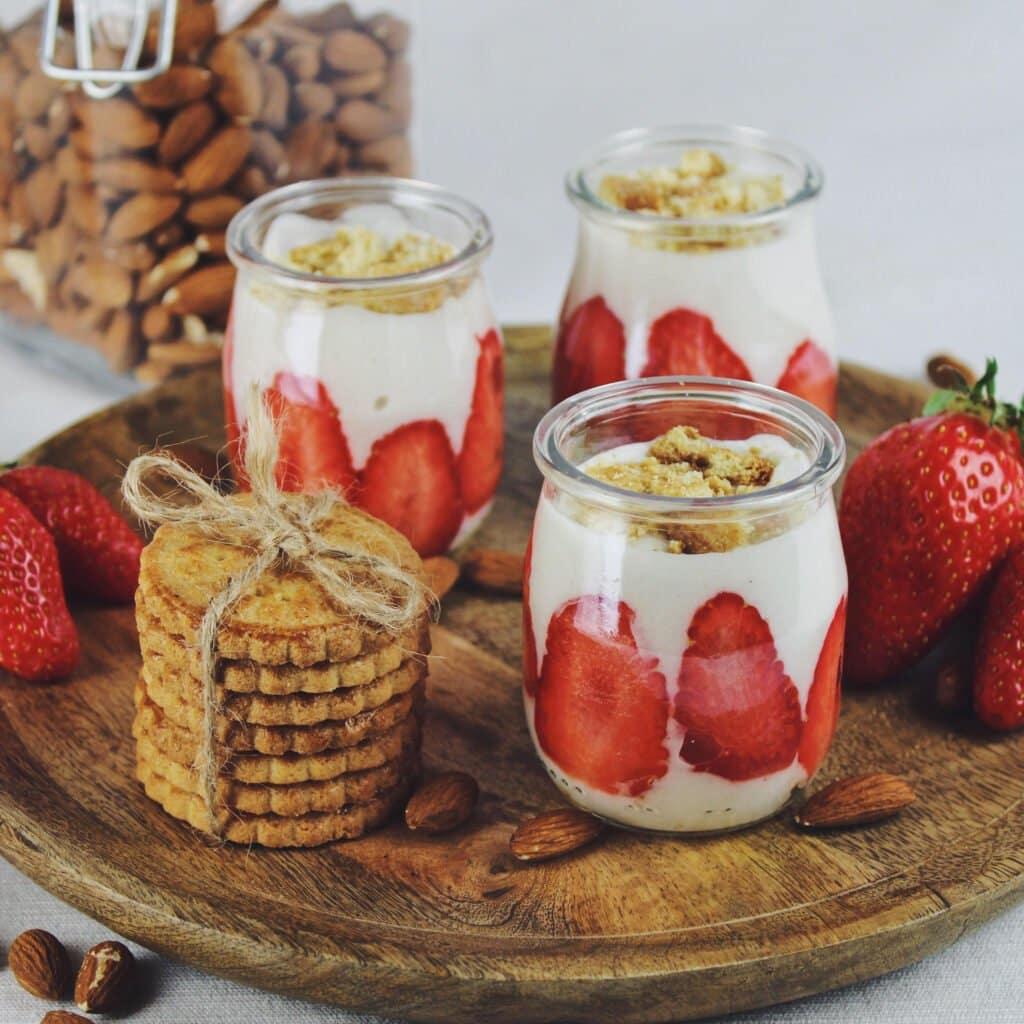 Découvrez notre recette de yaourt maison au lait d'amande pour une parenthèse de douceur végétale façon tarte aux fraises revisitée !