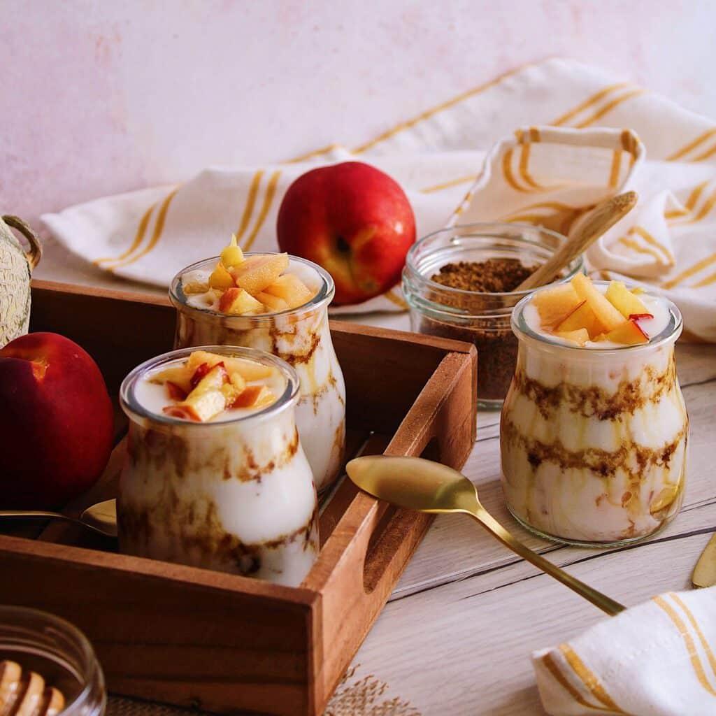 Des saveurs d'été dans un yaourt végétal brassé à l'amande avec un délicieux duo de fruits.