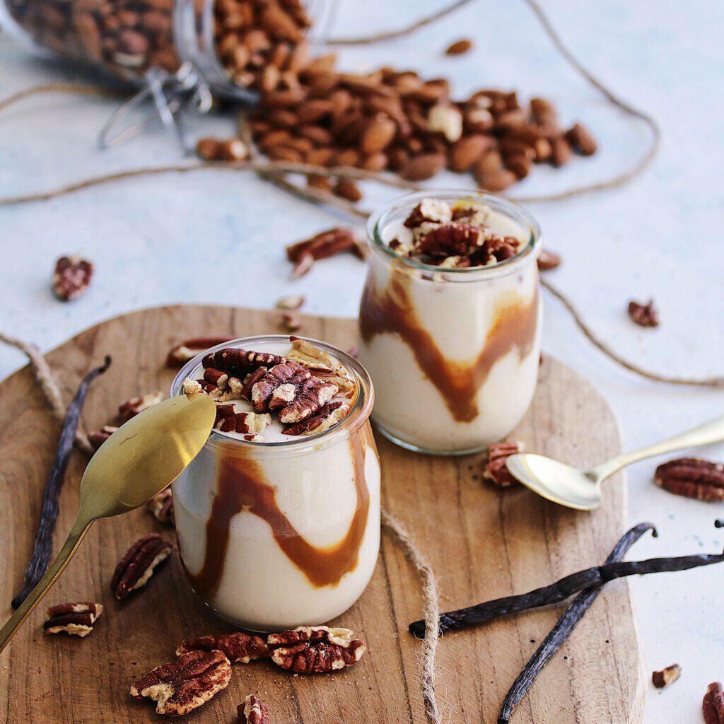 Le combo classique caramel et noix de pécan qui donnent un super yaourt veggie !